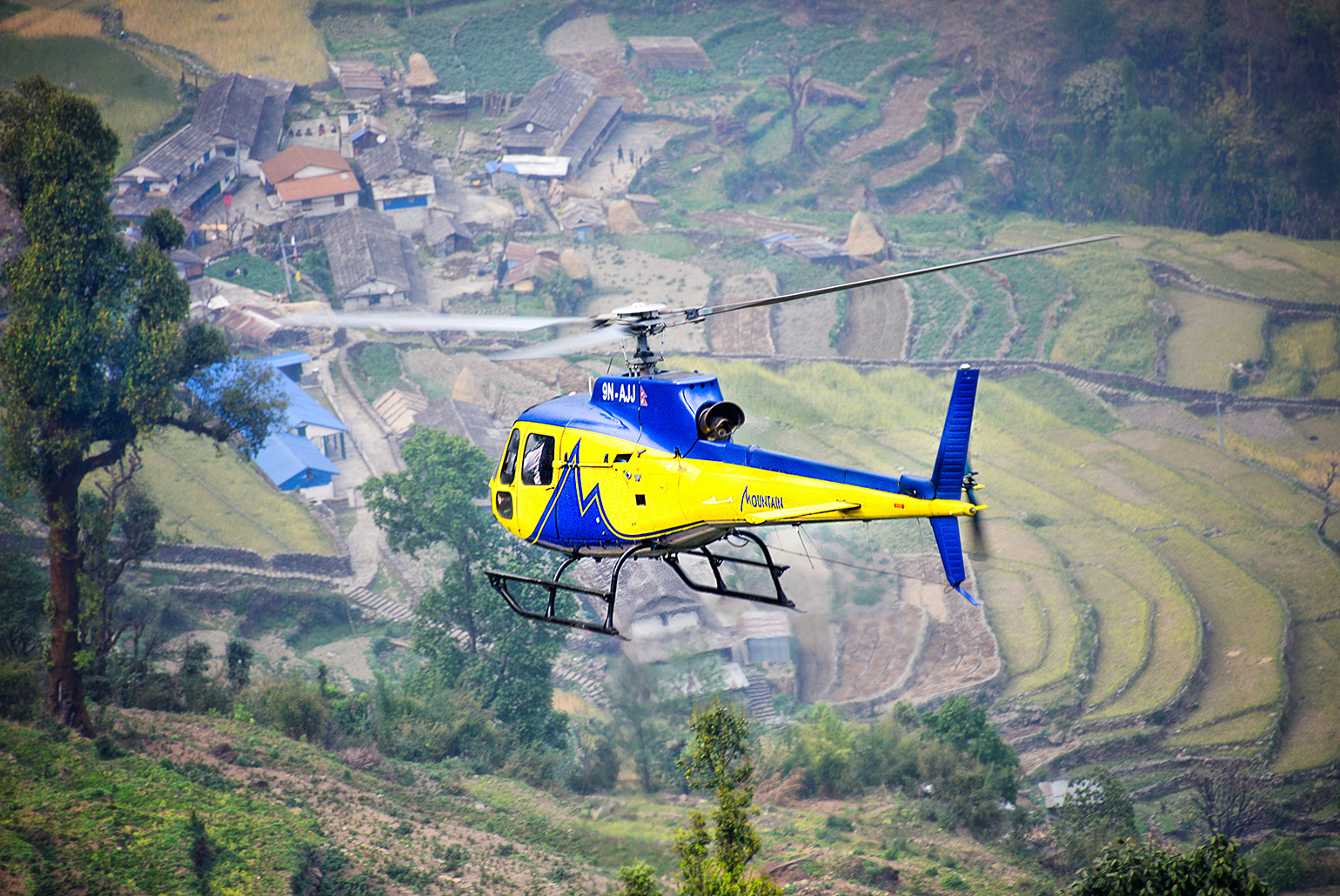Helicopter landt in Chhomrong